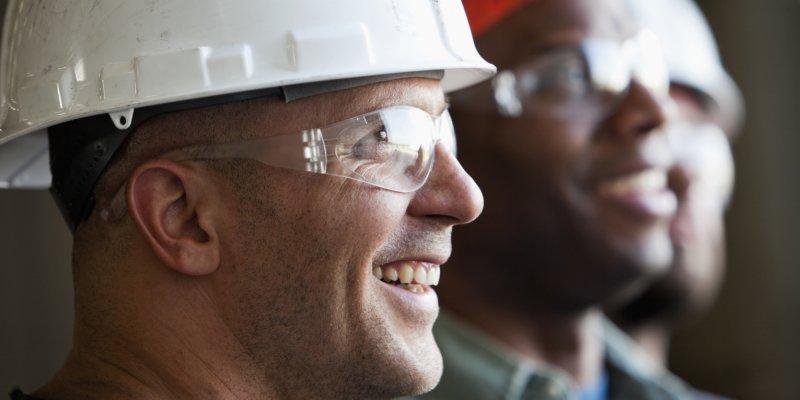 Close up grupo de trabalhadores da indústria sorrindo