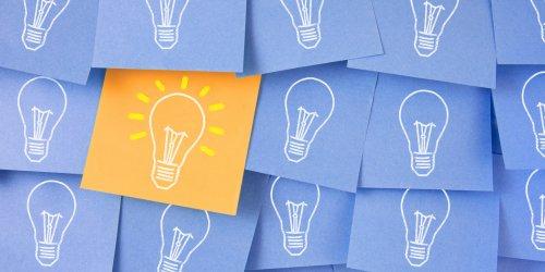 Vários post its azuis com lâmpadas apagadas desenhadas, e apenas um post it amarelo com a lâmpada acesa.